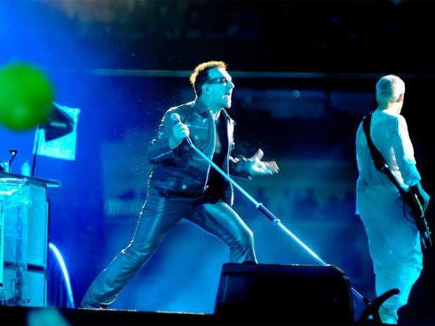 Bono interage com a plateia que lotou o Morumbi. (Foto: Flávio Moraes / G1)