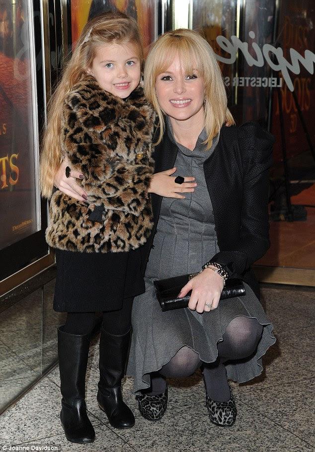 Instinto animal: Amanda Holden e filha Lexi optou por estampas de correspondência através da coordenação de seu casaco de peles artificiais e saltos