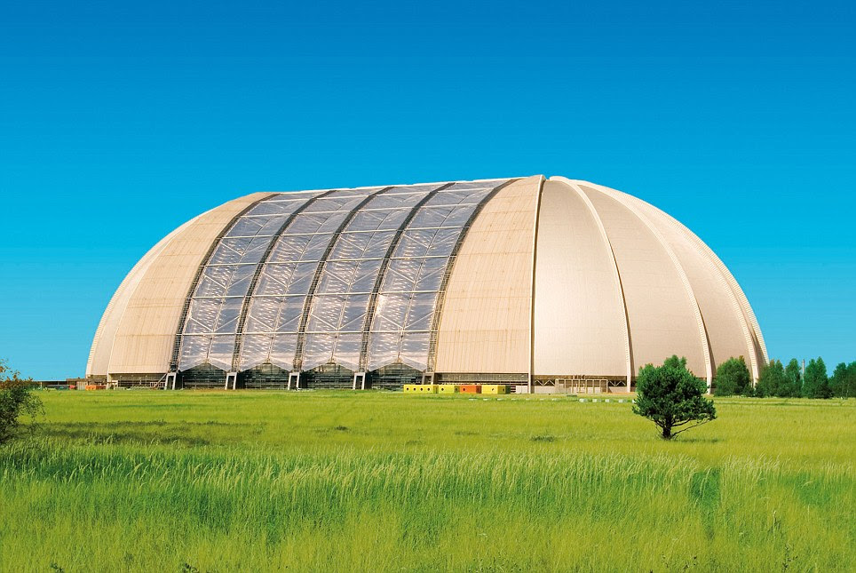 Vista desde el exterior: La cúpula era un hangar para aviones, pero ahora, aunque usted no lo cree, contiene otro mundo