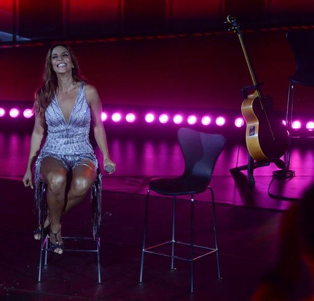 Ivete Sangalo: vestido bordado com cristais para gravação de DVD na Bahia (Foto: Francisco Cepeda/AgNews)