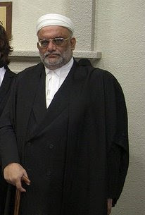mengikut Kod Etika Hakim, seorang hakim tidak dilarang mendengar kes parti politik selagi hakim berkenaan tidak menjadi anggota semasa dalam sebarang parti politik.