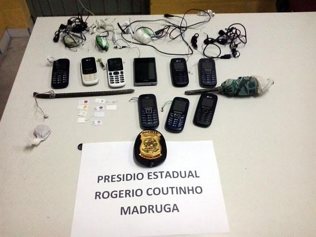 Armas artesanais, telefones celulares e outros objetos foram encontrados durante revista na ala B do Presídio Rogério Coutinho Madruga da Grande Natal (Foto: Osvaldo Júnior Rossato)