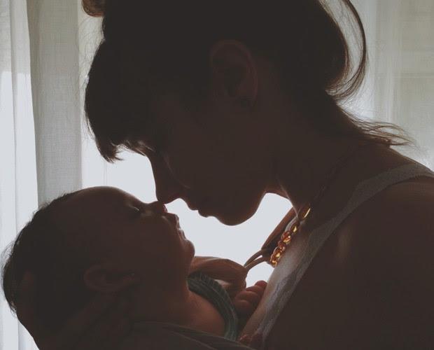 Flávia Rubim só no chamego com sua filha Cora (Foto: Arquivo Pessoal)