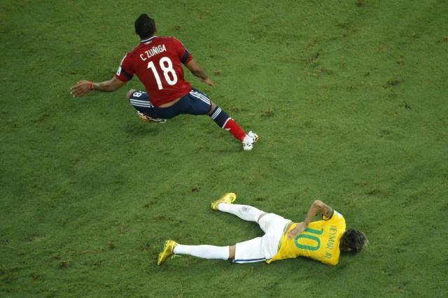 CBF ameaça tratamento alternativo para Neymar com processo ético FABRIZIO BENSCH/AFP
