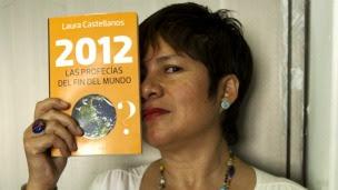 A escritora Laura Castellanos posa com seu livro (Foto: BBC)