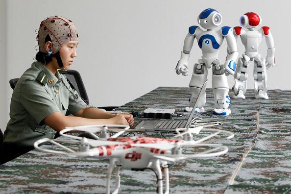 Niño controla los robots usando su mente