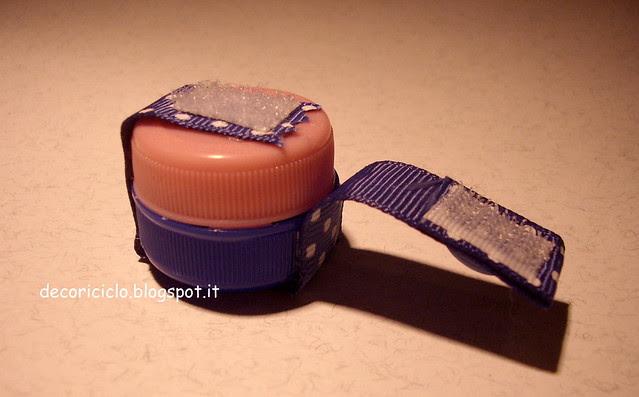 porta-pillole fatti con 2 tappi di plastica 3