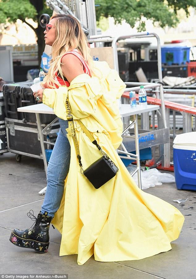 Pouca luz do sol: Beyoncé garantiu que todos os olhos estavam sobre ela enquanto ela caminhava pelo local do festival em sua roupa atraente