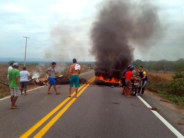 Moradores da região atearam fogo em pneus e galhos de árvore e bloquearam a passagem de veículos (Foto: Wandison Teixeira)