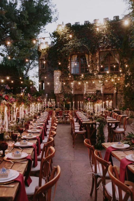 eine Hochzeit mit Burgund berührt, und viele der Lichter in den Hinterhof des Schlosses
