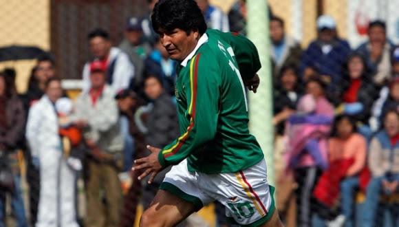 evo-morales-jugando-futbol