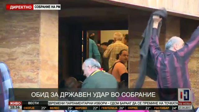 EKTAKTO: Διαλύονται τα Σκόπια – Εισβολή οπαδών του Γκρούεφσκι στη Βουλή – Ξυλοφόρτωσαν τον αρχηγό της αντιπολίτευσης - Εικόνα7