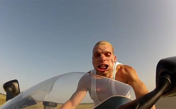 Μοτοσικλετιστής τρέχει με 240 χλμ/ώρα χωρίς κράνος