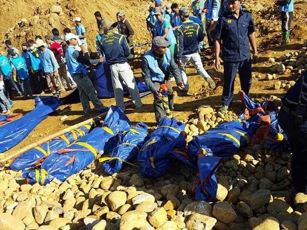 Corpos de mineiros mortos são resgatados (Foto: AFP Photo)