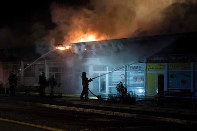 Los bomberos tratan de extinguir un incendio en un edificio en el barrio de Dervallieres, en Nantes