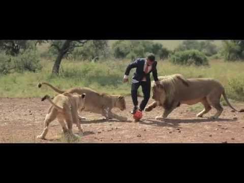 El Hombre que juega fútbol con los leones