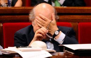 Economia da Catalunha Ministro Andreu Mas-Colell reage durante uma sessão extraordinária parlamentar sobre o pacto fiscal no Parlamento da Catalunha, em Barcelona, Espanha, quarta-feira, 25 julho, 2012. A região nordeste da Catalunha poderoso admitiu terça-feira que estava estudando um possível pedido de ajuda, mas disse que nenhuma decisão tinha sido ...
