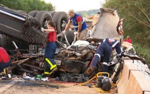 Carro é esmagado por caminhão e duas pessoas morrem no Paraná