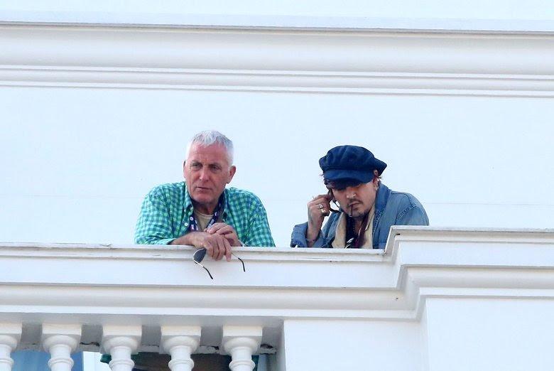 Acompanhado de um segurança, o ator e cantor acendeu um cigarro e curtiu a bela paisagem da cidade