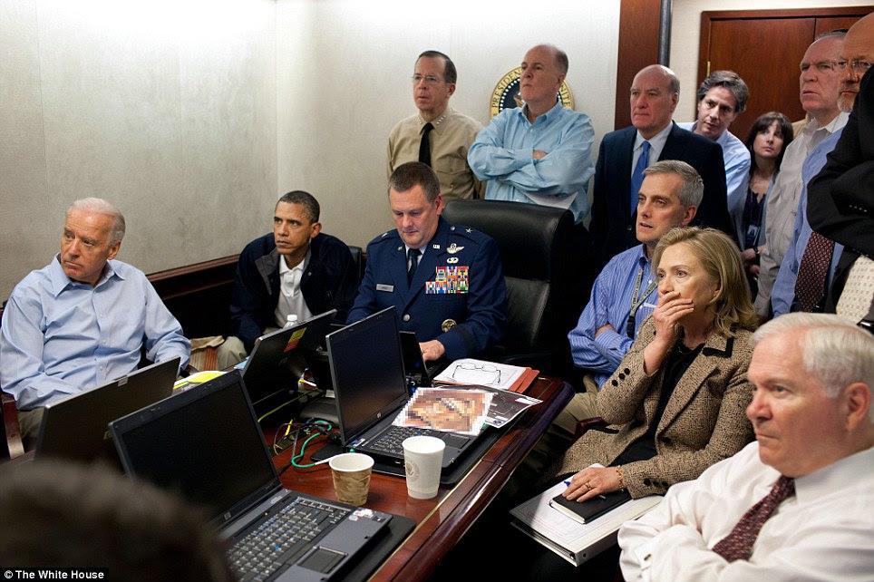 Watching: O presidente Obama foi acompanhado pelo vice-presidente Biden, para a esquerda, o secretário de Estado, Hillary Clinton, na segunda à direita e os membros da equipe de segurança nacional, para uma atualização sobre a missão contra Osama bin Laden na Casa Branca