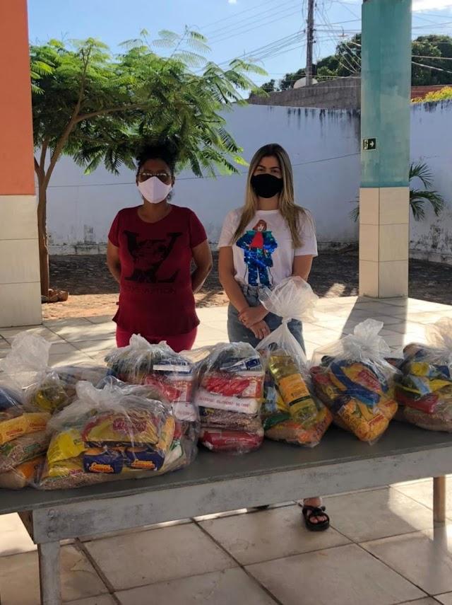 Vereadora Yanny entrega cestas básicas arrecadas durante Live Solidária