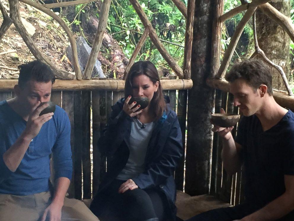 Channing Tatum (à esquerda), ABC Rebecca Jarvis (centro) e Tyler Gage (à direita) desfrutam tigelas de chá de folhas de Guayusa.