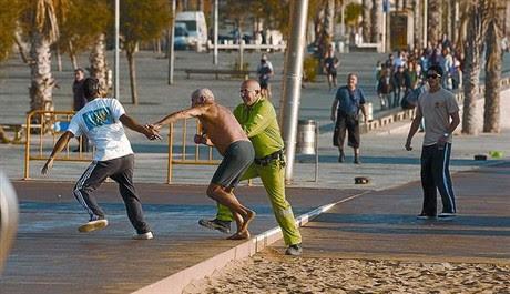 Un trabajador de BCNeta interviene entre el carterista que huye y su víctima en un robo frustrado en la Barceloneta en el 2009.