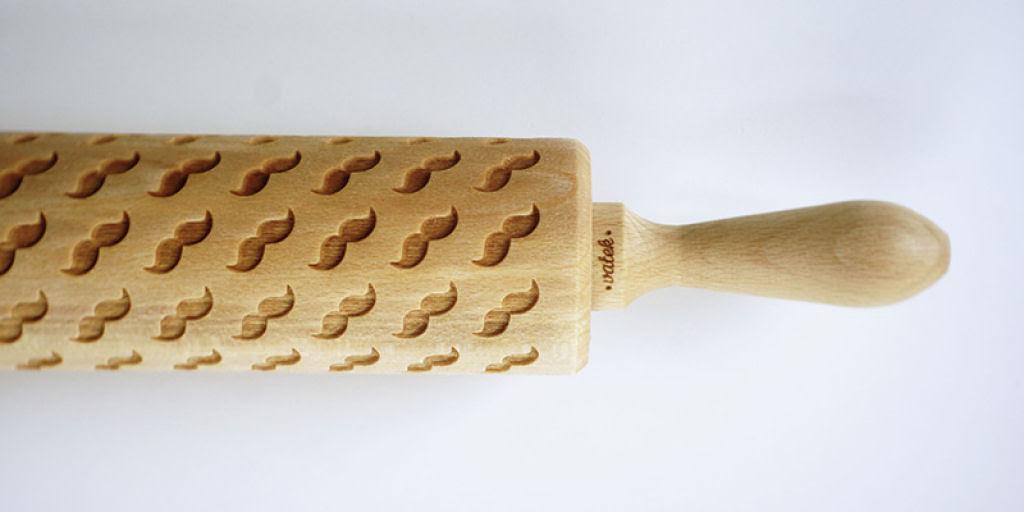 Veja este criativo rolo de madeira que imprime padrões decorativos 09