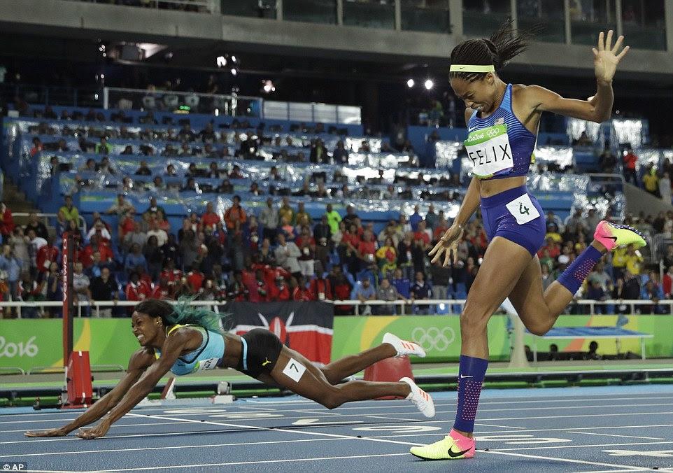 Shaunae Miller lança-se sobre a linha de chegada nos 400m para levar o ouro para Bahamas, marginalmente à frente de Allyson Felix