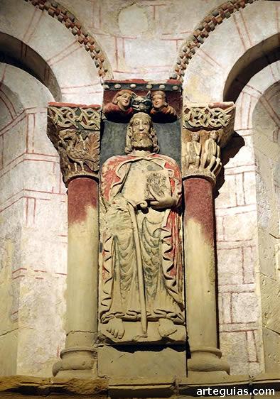 Relieve pétreo policromado  que representa al Apóstol Santiago, en el interior del ábside de su iglesia homónima de Turégano