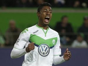 Bruno Henrique comemora vitória do Wolfsburg (Foto: AP Photo/Michael Sohn)