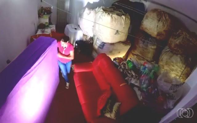 Simone mora no galpão em que guarda os materiais que recolhe na rua | Foto: Reprodução/ TV Anhanguera
