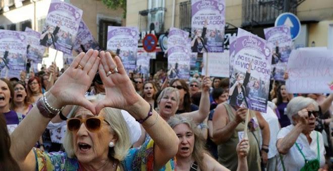 Manifestación de mujeres en Madrid, esta tarde ante el Ministerio de Justicia, en protesta por la puesta en libertad bajo fianza de los cinco miembros de la Manada, condenados a nueve años de prisión por un delito de abuso sexual de una joven madrileña du
