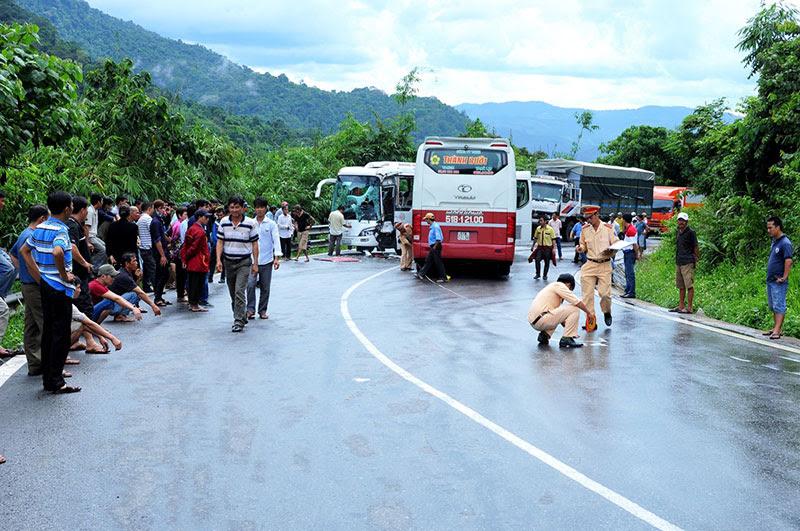 Hình ảnh Hiện trường vụ tai nạn giao thông nghiêm trọng trên đèo Bảo Lộc số 5