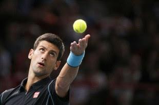 El tenis serbio Novak Djokovic saca ante el suizo Roger Federer durante la primera semifinal del BNP Paribas 2013 Masters que se disputa en París, Francia. EFE/EPA