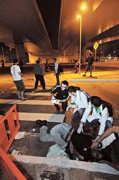 Socorristas atendem rapaz que caiu de viaduto em Belo Horizonte (Beto Magalhaes/EM/D.A Press - 22/6/13)