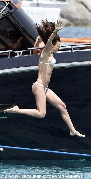 Com os braços no ar como se ela simplesmente não se importam: O stunner deu um mega-salto para as belas águas