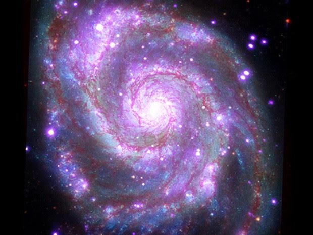 Esta galáxia - Messier 51 (M51), apelidada de Whirlpool (redemoinho), é uma galáxia espiral, como a nossa Via Láctea, localizada a cerca de 30 milhões de anos-luz da TerraNasa/CXC/SAO (Foto: Nasa/CXC/SAO)