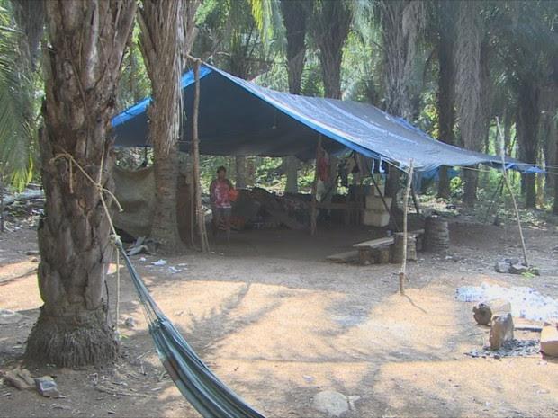 Moradores da vila do Abunã reclamam da falta de peixes por causa da usina (Foto: Rede Amazônica/ Reprodução)