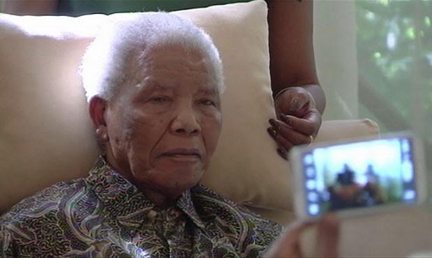 Nelson Mandela foi internado em um hospital de Pretória. Foto mostra Mandela em 29 de abril (Foto: SABC TV/AP)
