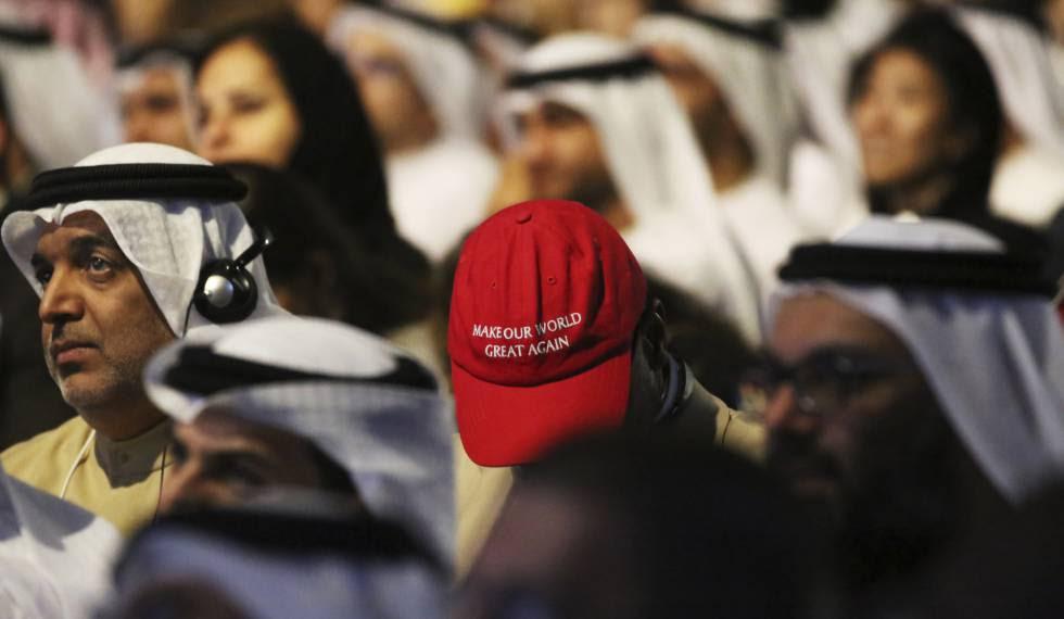 Un hombre con una gorra que imita las de la campaña de Trump, este domingo en Dubái.