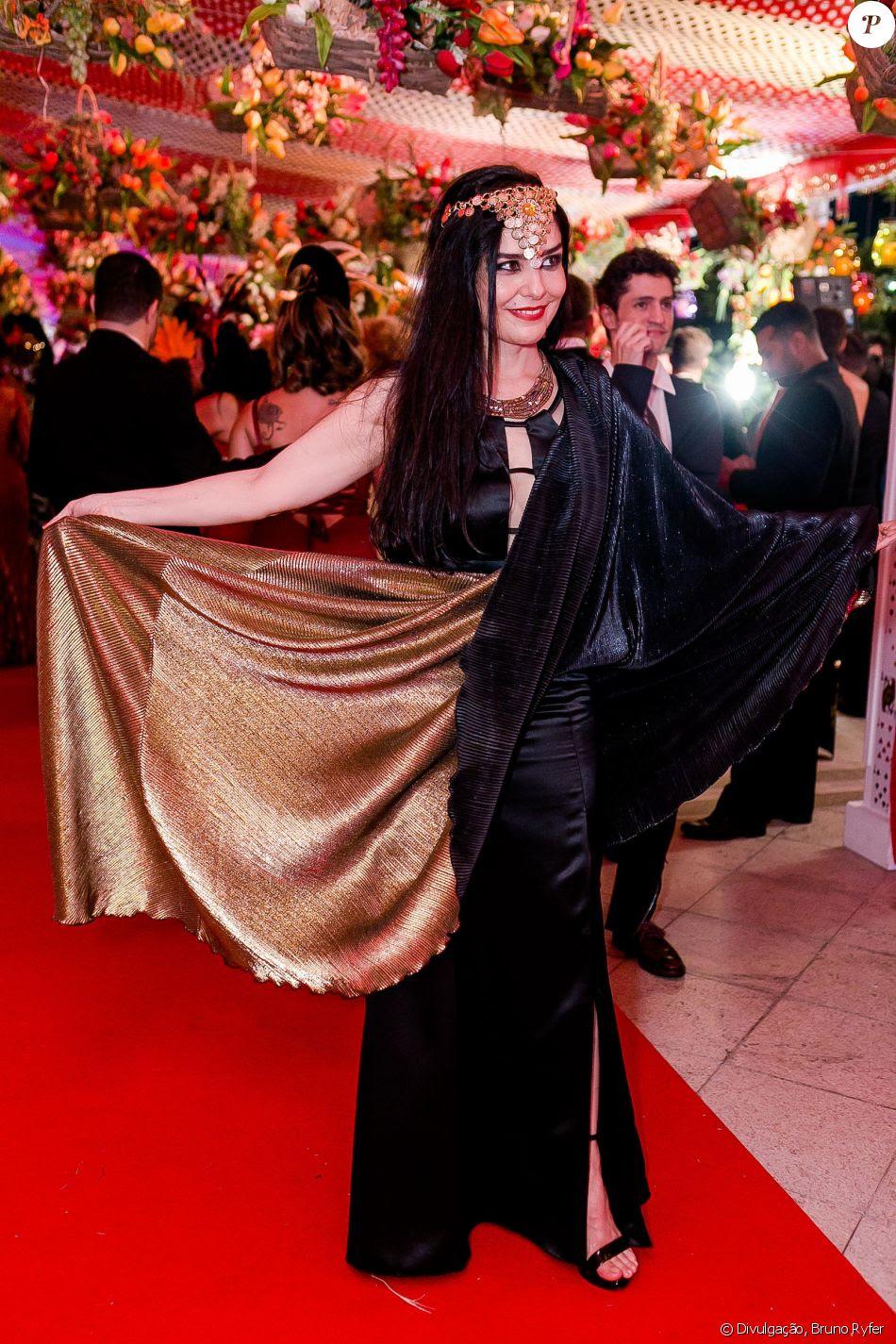 A atriz Leticia Sabatella apostou em uma produção preta e dourada para o Baile do Copa, realizado no hotel Belmond Copacabana Palace, na Zona Sul do Rio de Janeiro, neste sábado, 10 de fevereiro de 2018