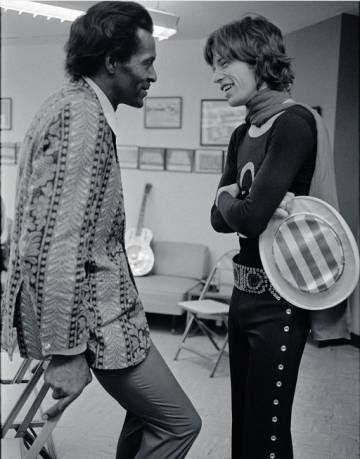 Chuck Berry y Mick Jagger de charla, en los camerinos durante un concierto en el Madison Square Garden de Nueva York en 1969. La foto fue publicada por Jagger en su Instagram para felicitar a Berry por su 90 cumpleaños.