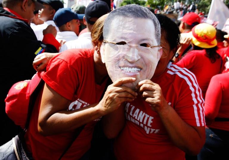 Venezolanos se concentraron en los alrededores de Miraflores para apoyar al presidente Hugo Chávez. FOTO: Reuters