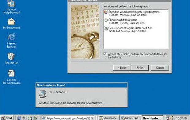 Windows 98 é a primeira versão do Windows desenhada especificamente para os consumidores. Computadores são comuns em empresas e casas, num momento em que começam a surgir os cybercafés. Windows 98 se descreve como um sistema operacional que 'trabalha melhor, joga melhor' (Foto: Divulgação/Microsoft)