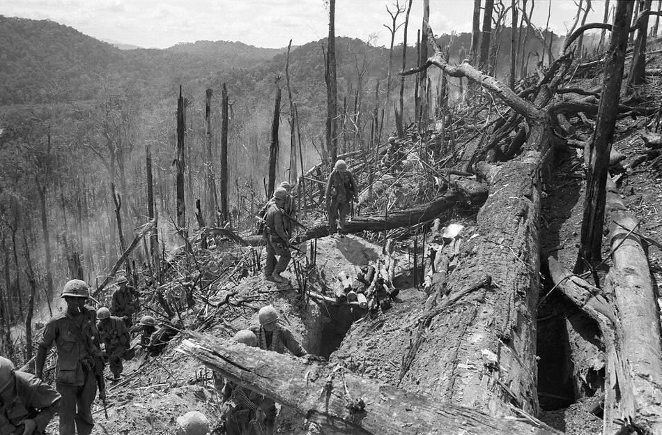 Colina 875 em Dak Para em novembro de 1967, após 21 dias de combates com pesadas baixas de ambos os lados, AP Photo