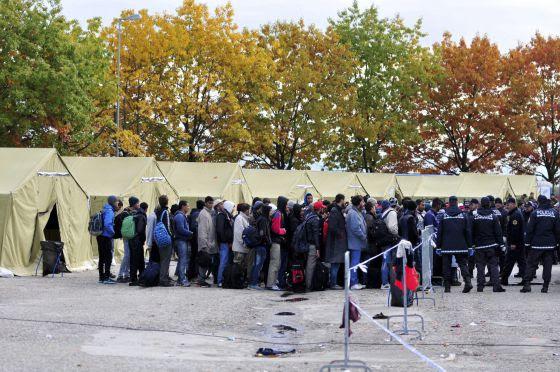 Refugiados esperan para ser trasladados a un centro en Sredisce ob Dravi