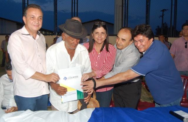 Sr José Francisco da Silva  de 95 anos recebe título de propriedade do Governo do Estado