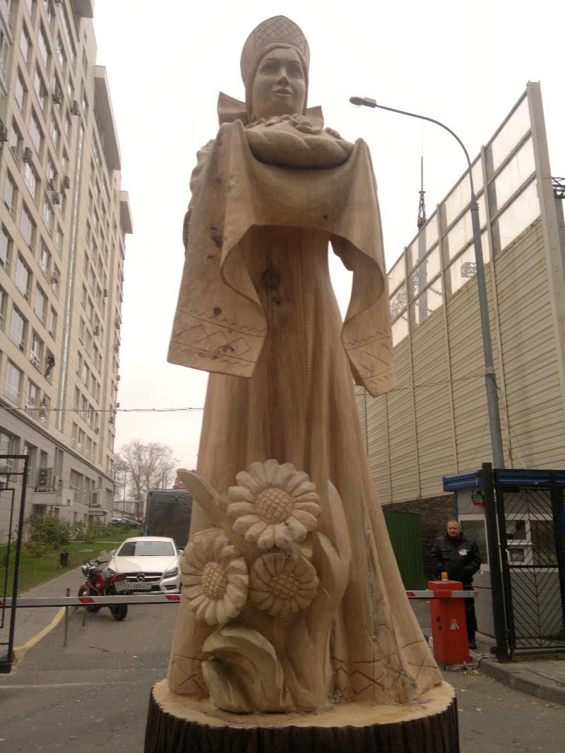 Скульптура ХЛЕБ-СОЛЬ на корню дерева.