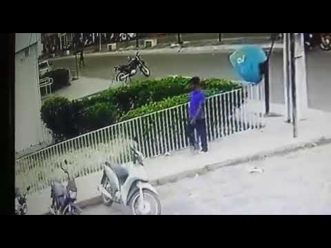 Flagrante! Roubo de moto ao lado da agência do Bradesco em Chapadinha, assista ao vídeo